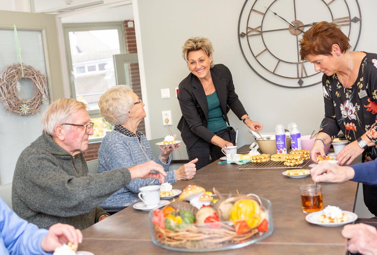 Samen een potje kaarten doet medewerkster Monique (Helpende) graag met de bewoners tijdens haar woonkamerdienst.